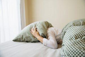 6 نشانه ای که به شما برای خواب بیشتر هشدار می دهد.